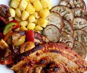 Culy Homemade: BBQ-speklapjes, krieltjes, aubergine & tomatensalade
