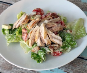 Culy Homemade: snelle salade met kippendijen, avocado & tomaat