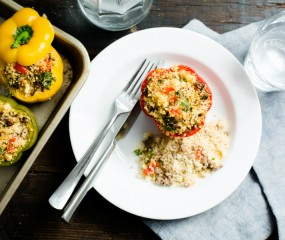 Koken met aanbiedingen: gevulde paprika met couscous, gekruid gehakt en feta