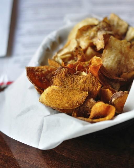 Zoete aardappel chips stock