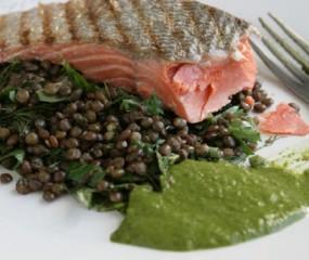 Fishy Friday: krokante zalm met salsa verde en linzen