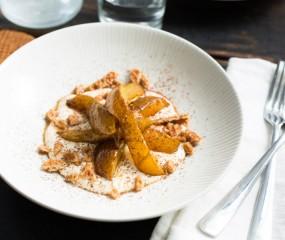 Koken met aanbiedingen: gekarameliseerde peren met stukjes stroopwafel