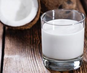 Hoe wordt kokosmelk gemaakt en wat is het verschil met kokosroom?
