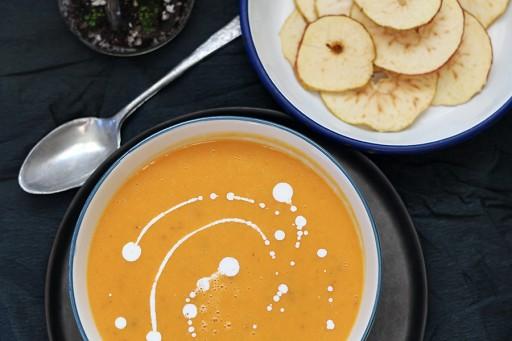 Zoete aardappel-pompoensoep met appelchips1