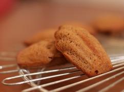 Kerstvideo: winterse madeleines bakken met Rutger (Heel Holland Bakt)