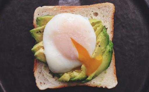 Avocado-toast-met-een-gepocheerd-eitje