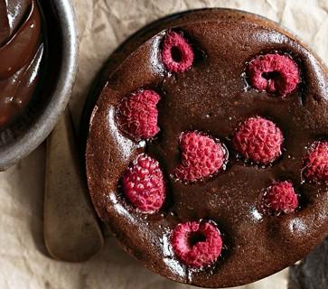 Brownietaartjes met pure chocola en frambozen van Donna Hay