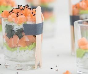 Sushi in een glaasje (met romige zalm en pittige avocado)