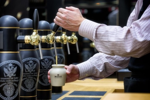 The-Maille-Boutique-in-New-York_Pouring-Mustard-on-Tap_HR