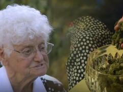 Video: deze 91-jarige Italiaanse oma laat zien hoe je kunt koken met wiet
