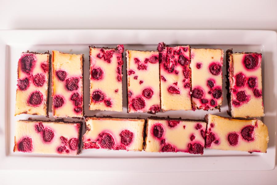 Raspberry cheesecake brownies van Baksels