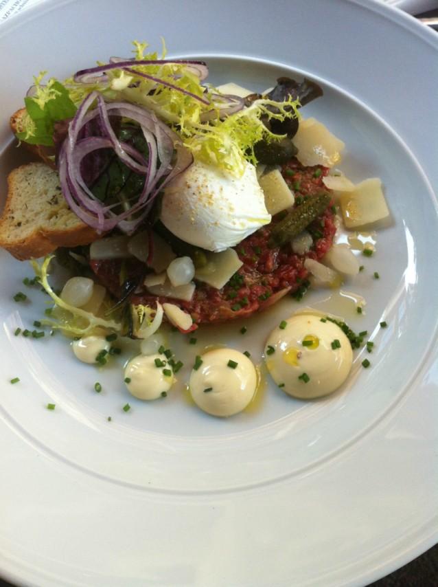 Steak tartare met gepocheerd ei en mosterdmayonaise