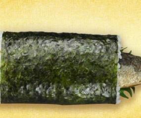 Het Japanse antwoord op haring happen: een sushi-rol met een hele vis erin