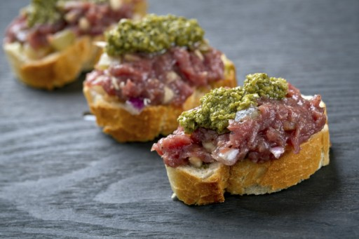 Steak tartare toastje amuse stock