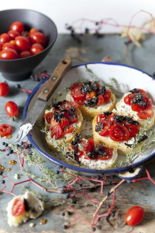 bruschetta tomaat olijven stock