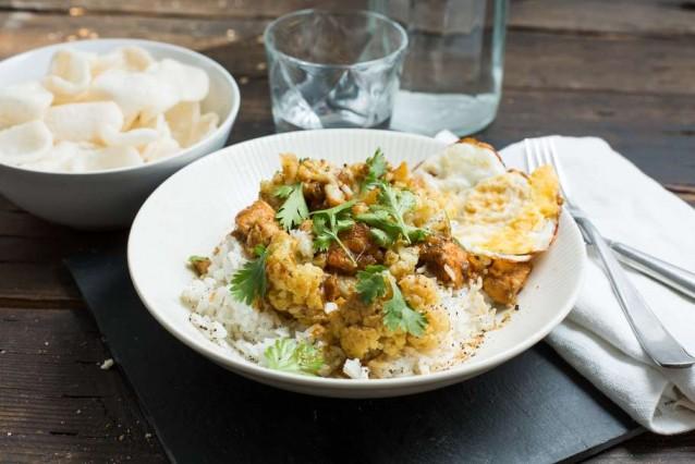 Kokenmetaanbiedingen groene curry met kip