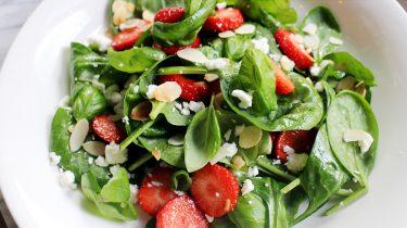 salade met spinazie en aardbeien