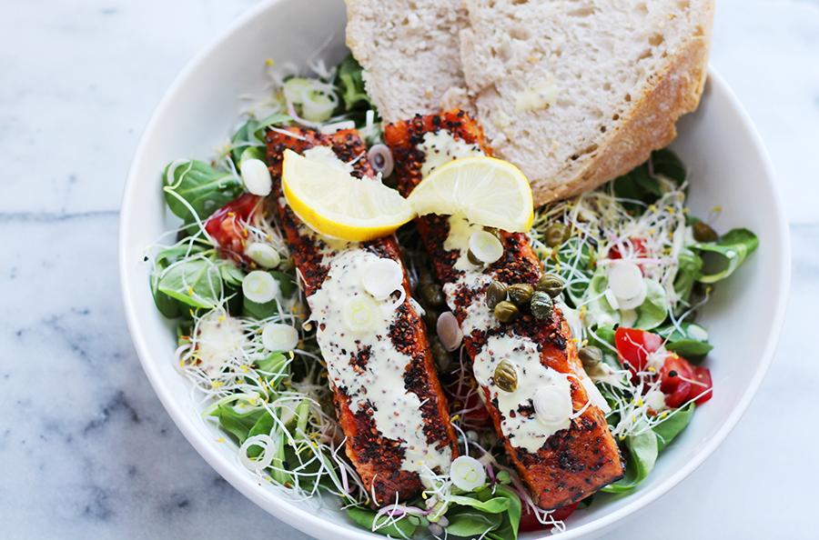 Foto van salade met warmgerookte zalm en kiemen (gezonde recepten)