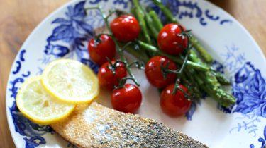 gebakken zalm met zomergroenten en honing-mosterdsaus