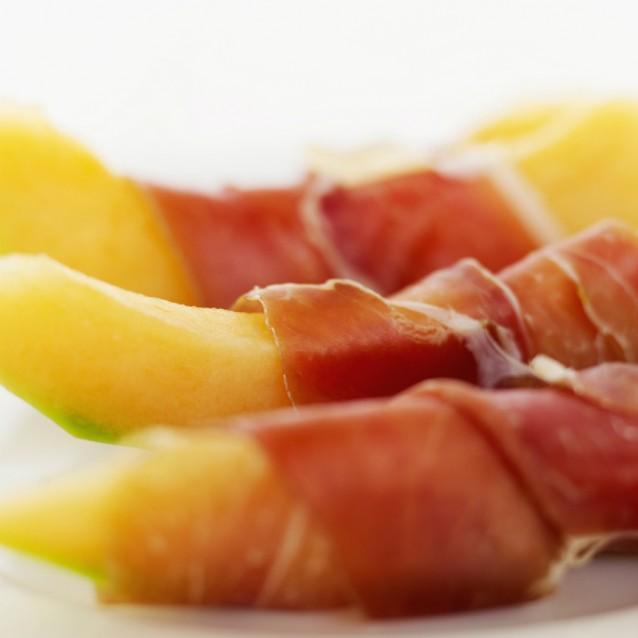 Meloen met rauwe ham stock