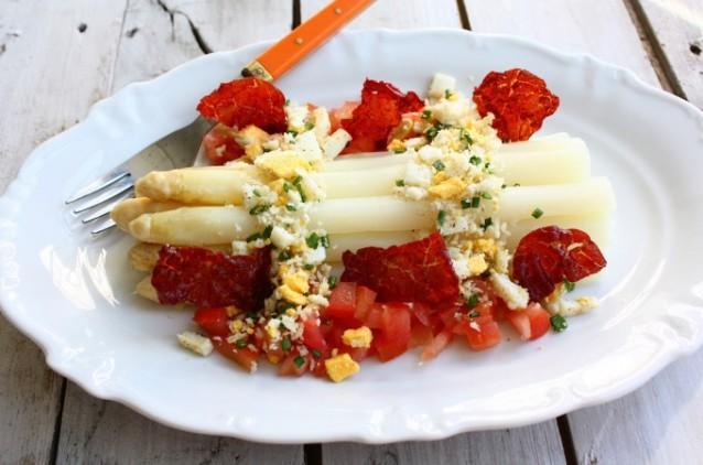 asperges-met-ei-tomaat-en-krokante-ham-1-680x450