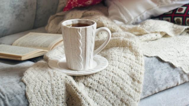 Boek lezen koffie thee bank stock