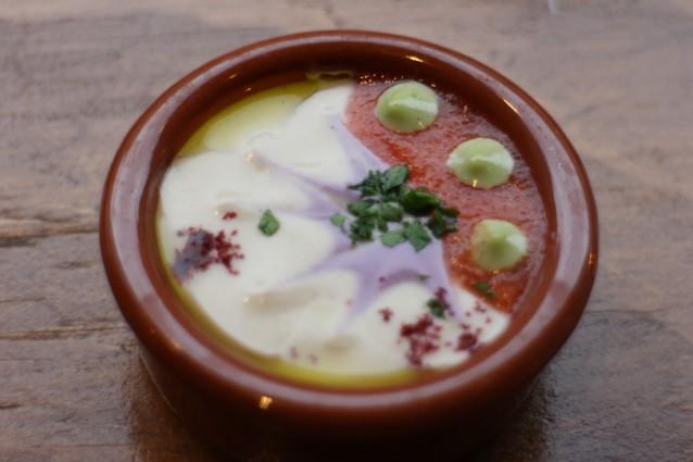 Tahina met rode peper, peterselie en olijfolie
