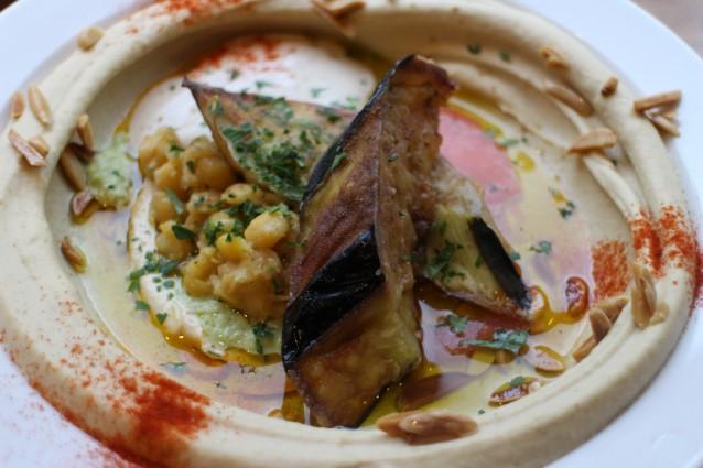 Hummus met gefrituurde aubergine