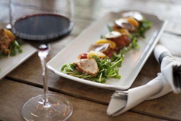 Glas wijn gerecht restaurant stock