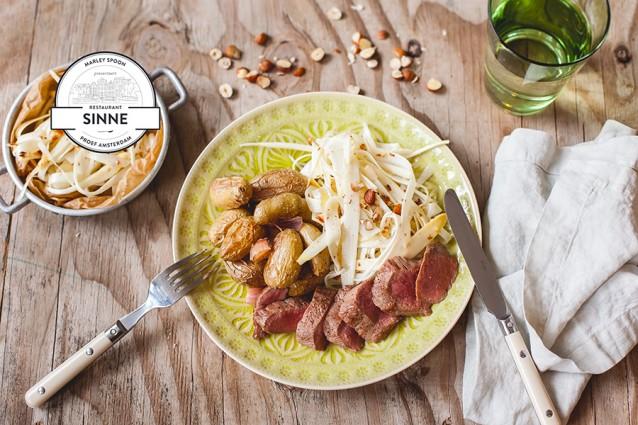 Lamsfilet met witte asperge-hazelnootsalade en gepofte aardappeltjes
