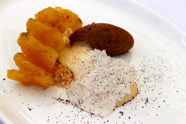 Ananas van het spit, ingespoten met rum, vanille-roomijs en een cakeje