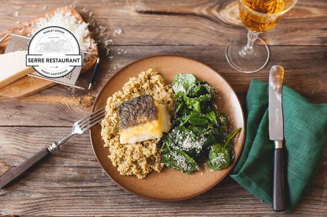 Op de huid gebakken kabeljauwfilet met quinoa en parmezaan-waterkerssalade