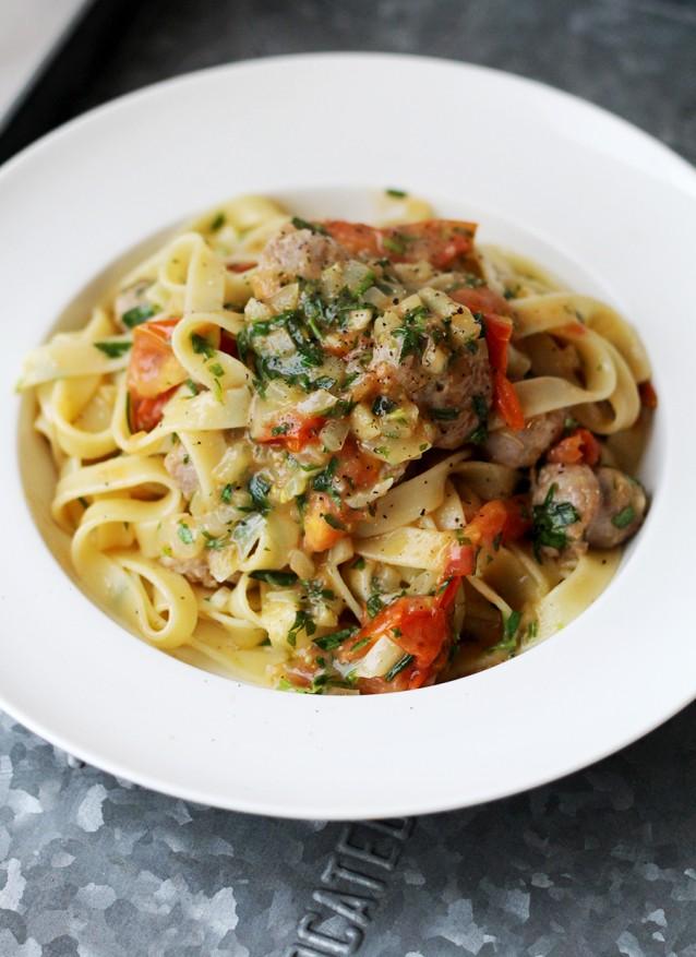 Tagliatelle met worst en gekarameliseerde tomaten