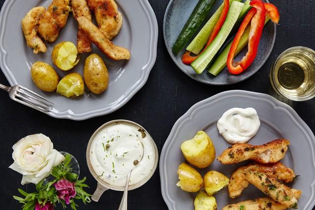 Knapperige vissticks met aardappels en snackgroenten