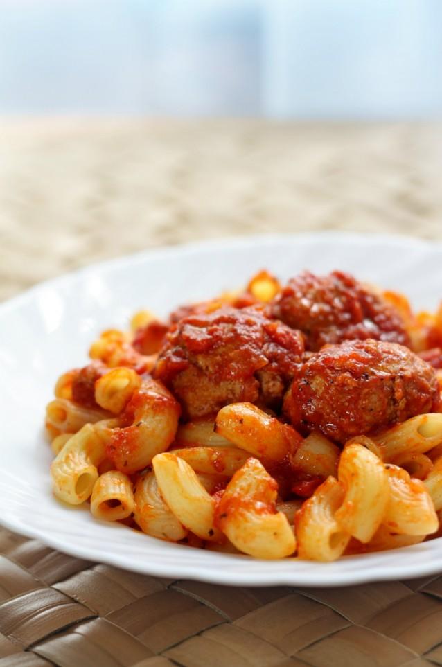 Macaroni pasta gehaktballetjes stock