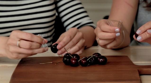 kun je kersen ontpitten met een paperclip?