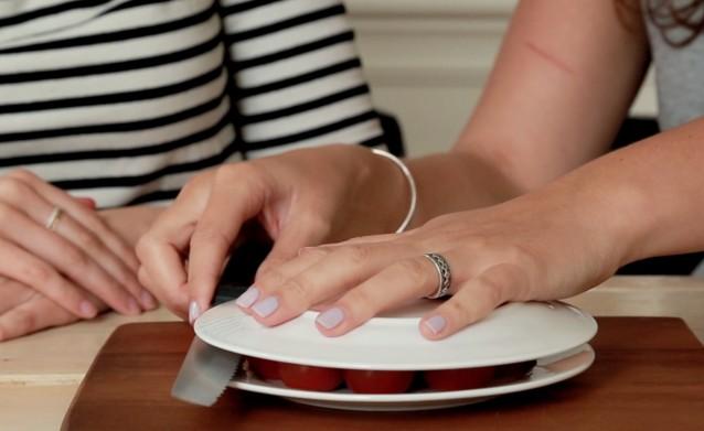kun je een grote hoeveelheid cherrytomaatjes tegelijk snijden met behulp van twee borden?