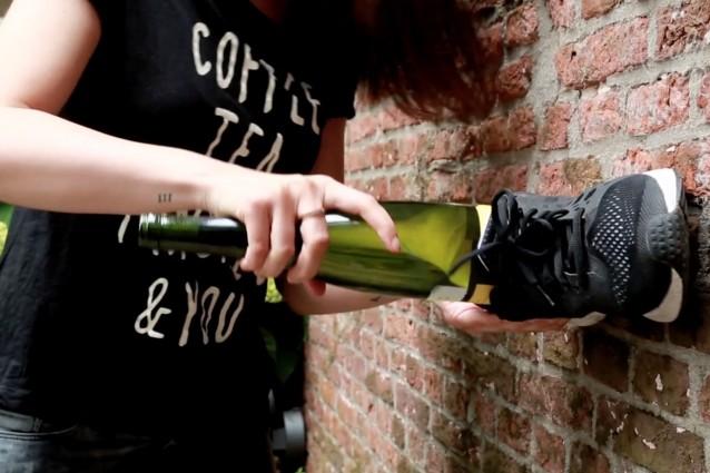 kun je een wijnfles ontkurken met een schoen?