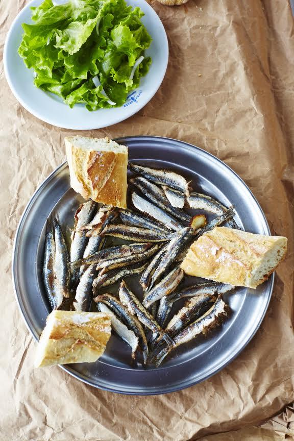 Ansjovis met brood en salade - de perfecte lunch!