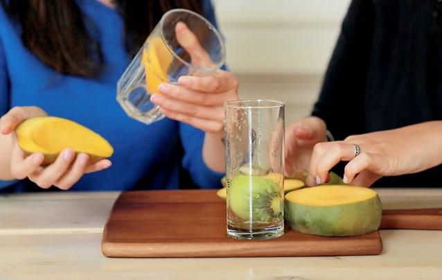 kun je een mango schillen met een glas