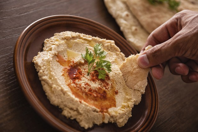 hummus handen flat bread stock