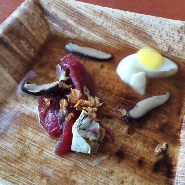Runderbavette met een bouillon van dennennaalden en shii-take en een aardpeerpuree