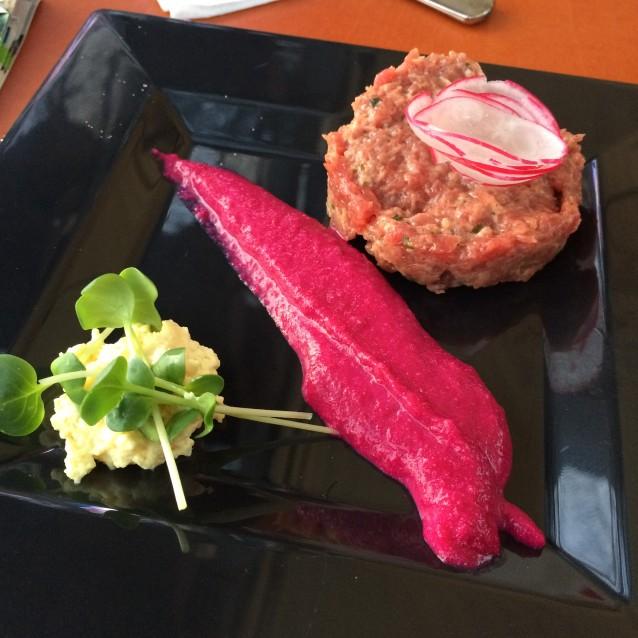 Steak tartaar van Texels weiderund met rode biet en mosterdschuim