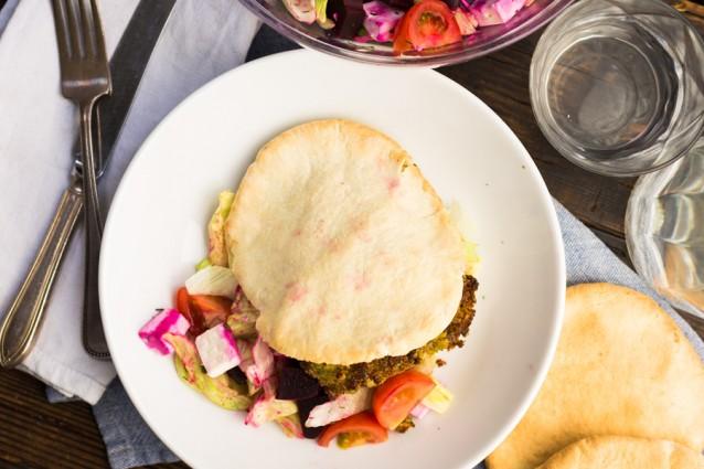 Koken met aanbiedingen Pita falafel met feta en bietensalade