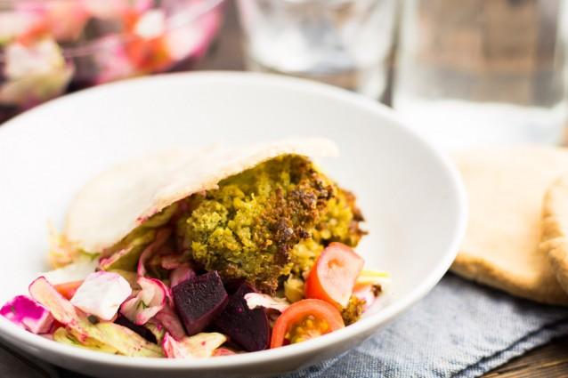 Koken met aanbiedingen Pita falafel met feta en bietensalade2