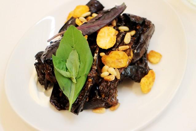 Aubergine met zwarte knoflook, tuinbonen, basilicum en yoghurt