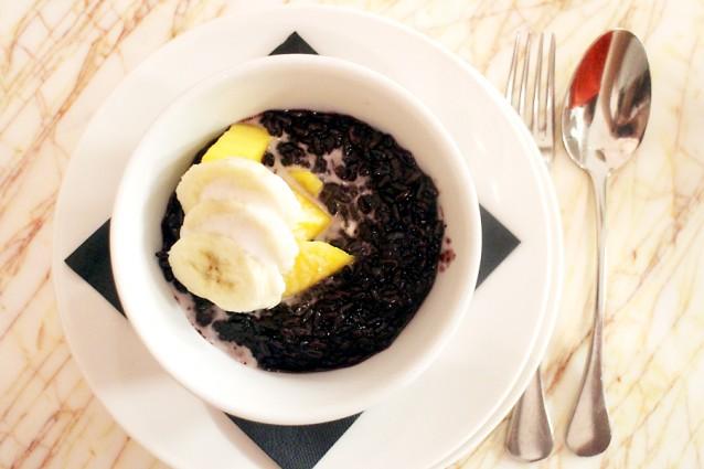 Zwarte rijst met kokosmelk, mango en banaan
