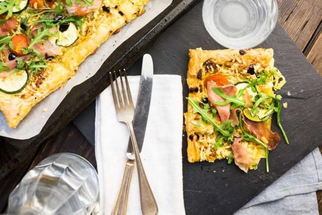 bladerdeegpizza-met-courgette-pesto-en-rauwe-ham-2