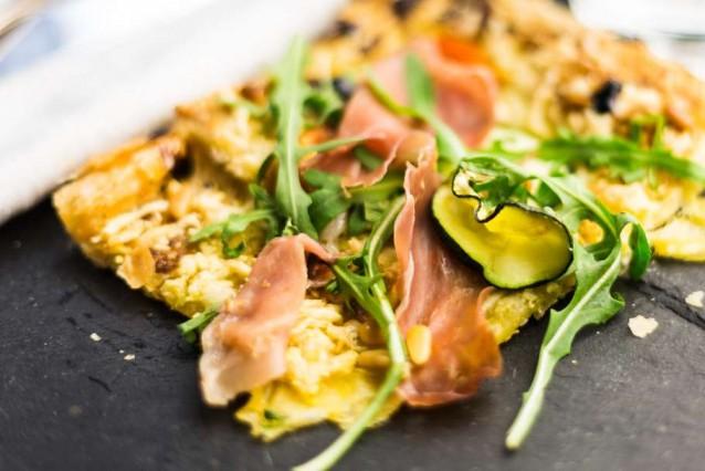 bladerdeegpizza-met-courgette-pesto-en-rauwe-ham