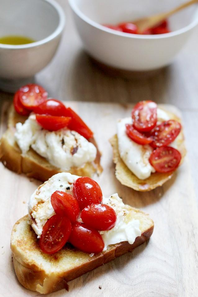 brioche met buffelmozzarella en tomaatjes